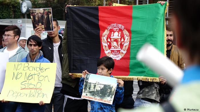Deutschland Proteste gegen Abschiebung von Afghanen in Böblingen (DW/Murtaza Majidi)