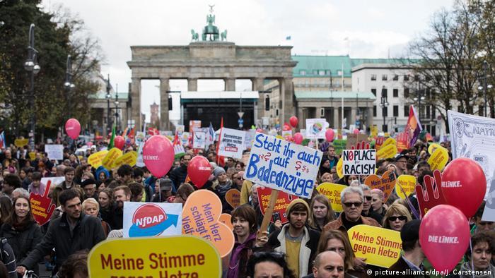 Deutschland Demonstration gegen Einzug der AfD in den Bundestag (picture-alliance/dpa/J. Carstensen)