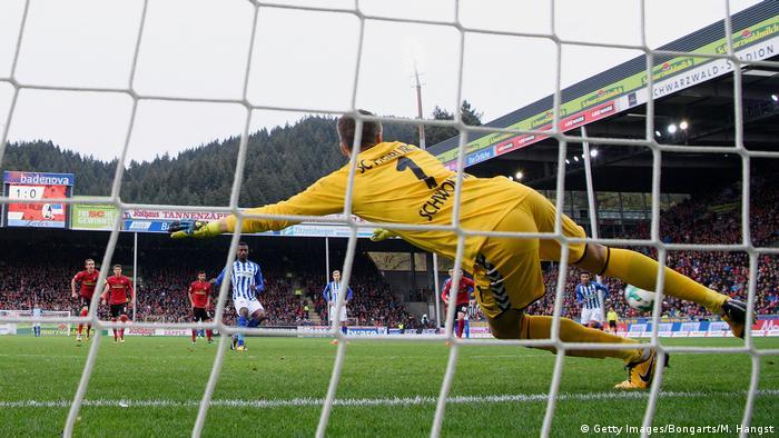 1. Bundesliga 9. Spieltag | SC Freiburg - Hertha BSC | ELFMETER Kalou, Hertha (Getty Images/Bongarts/M. Hangst)
