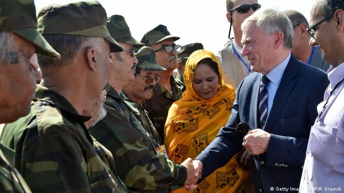 Horst Köhler shakes hands with Algerian soldiers (Getty Images/AFP/R. Kramdi)