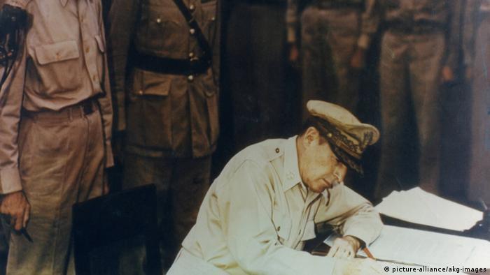 Američki general MacArthur potpisuje 2.9.1945. na ratnom brodu Missouri u ime SAD-a dokument o kapitulaciji Japana