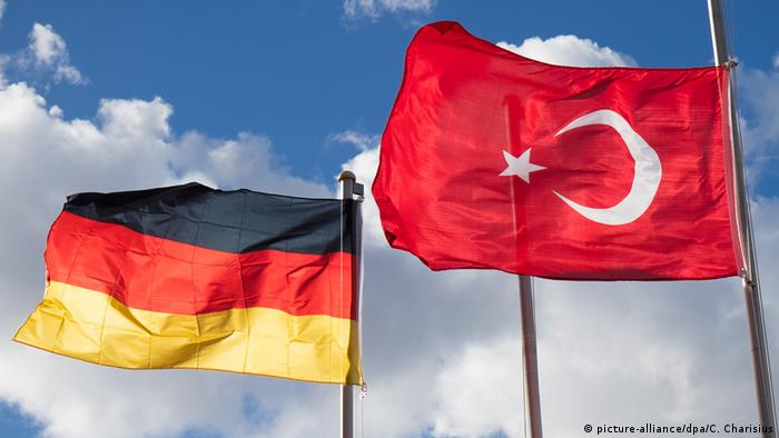 Türkische und deutsche Fahnen