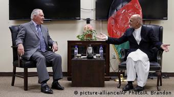USA Afghanistan Rex Tillerson und Ashraf Ghani (picture-alliance/AP Photo/A. Brandon)
