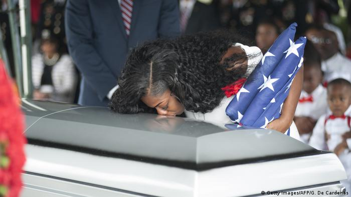 Myeshia Johnson kisses the casket of her husband (Getty Images/AFP/G. De Cardenas)