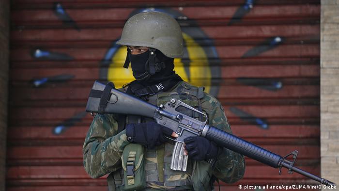 Ein Soldat bei einem Militäreinsatz in der Favela Rocinha, in Rio