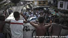 19 October 2017*** Inhabitants of the Rocinha slum march to demand peace in Rio de Janeiro, Brazil, 19 October 2017. The favela suffers a wave of violence since past month, when the confrontations between rival drug trafficking groups started to dispute the control of the area. Inhabitants of the Rocinha slum in Rio de Janeiro demand stop of confrontations between drug trafficking groups !ACHTUNG: NUR REDAKTIONELLE NUTZUNG! PUBLICATIONxINxGERxSUIxAUTxONLY Copyright: xAntonioxLacerdax RIO002 20171020-636440557754054745