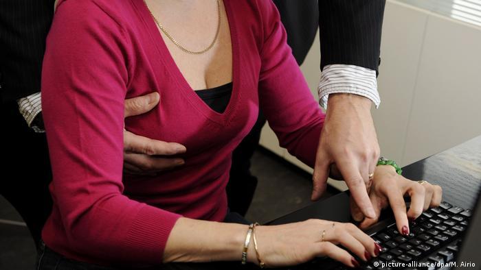 Symbolbild sexuelle Belästigung im Büro