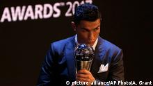 Großbritannien Fußballer Cristiano Ronaldo bei den Best FIFA Football Awards in London (picture-alliance/AP Photo/A. Grant)