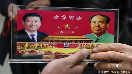 A souvenir plark depicting Xi Jinping and Chairman Mao Zedong (Getty Images/Feng Li)