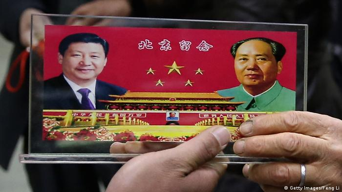 A souvenir plark depicting Xi Jinping and Chairman Mao Zedong (Getty Images/Feng Li)