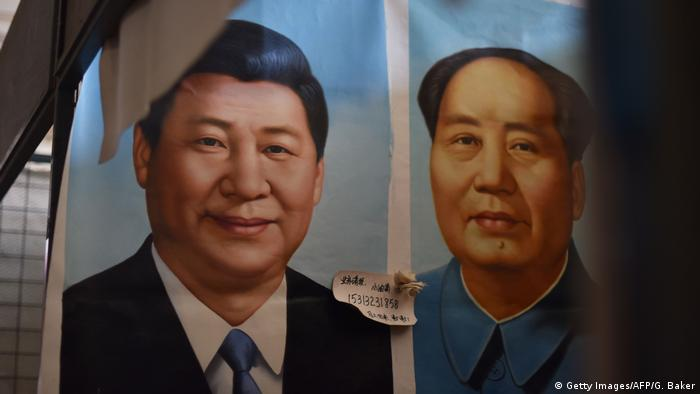 China Symbolbild Xi Jinping und Mao (Getty Images/AFP/G. Baker)