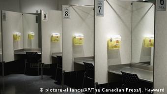 Insite, em Vancouver, disponibiliza cabines onde usuários podem aplicar droga adquirida externamente