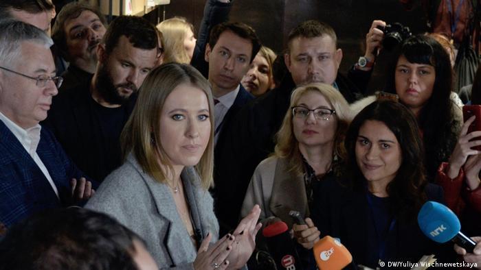 Ксения Собчак в окружении журналистов