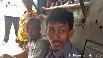 Indien Rohingya-Flüchtling beobachtet Myanmars Tragödie bei WhatsApp ( DW/Ashish Malhotra)