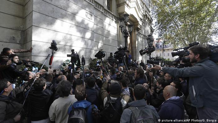 Crowd of reporters press around Lotito as he places the wreath on the synagogue wall (picture-alliance/AP Photos/G. Borgia)