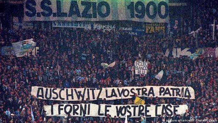 Italien Fußball Lazio Rom Fans mit Spruchband