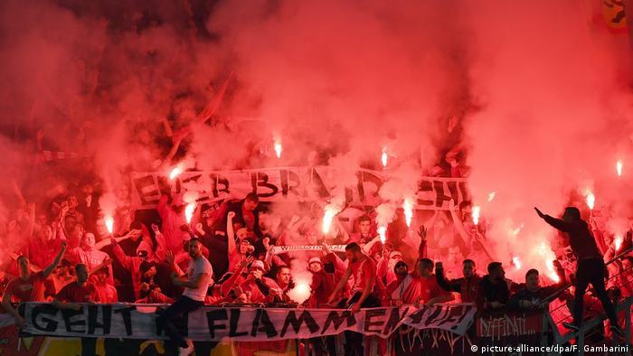 A torcida do Union Berlin com sinalizadores no estádio: um ato de protesto