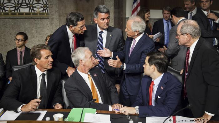 مارکو روبیو و باب کورکر (نفرهای اول و دوم نشسته از راست) دو تن از چهار سناتوری هستند که قطعنامهای در حمایت از مردم ایران ارائه دادهاند