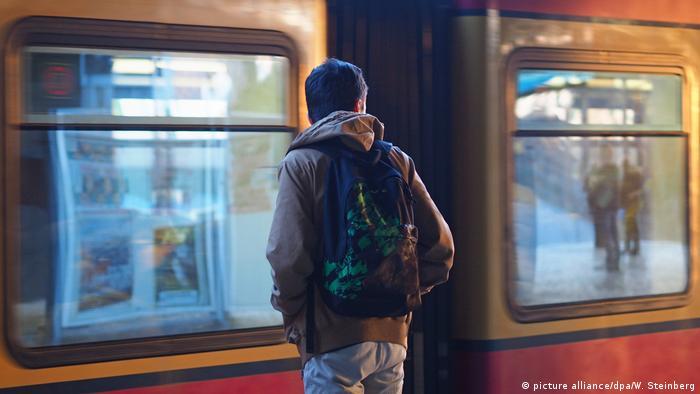 Jovem refugiado refugiado em estação de metrô em Berlim