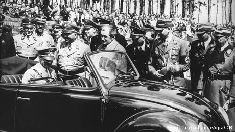 Hitler sitting in the back seat of a VW Beetle (dpa/DB)