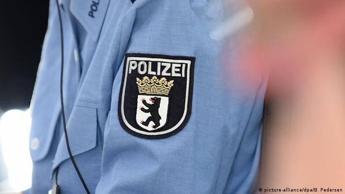 Berlin police badge (picture-alliance/dpa/B. Pedersen)