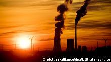 ARCHIV- Die Sonne geht am 20.04.2017 hinter dem Steinkohlekraftwerk Mehrum bei Hohenhameln (Niedersachsen) auf. (Zu dpa Jeder sechste Tod weltweit hängt mit Umweltverschmutzung zusammen vom 20.10.2017) Foto: Julian Stratenschulte/dpa +++(c) dpa - Bildfunk+++ | Verwendung weltweit
