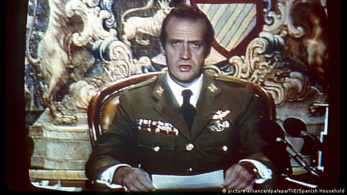 King Juan Carlos reads a message on television during the 1981 (picture-alliance/dpa/epa/TVE/Spanish Household)