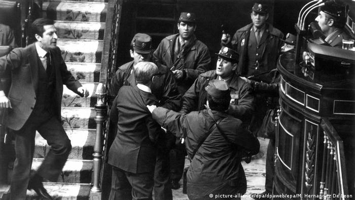 Spain's Prime Minister Adolfo Suarez rushes to aid his deputy prime minister during the 1981 coup (picture-alliance/dpa/dpaweb/epa/M. Hernandez De Leon)