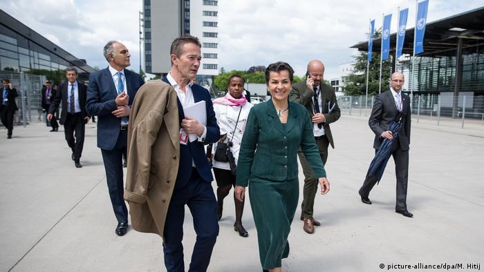 Deutschland COP 23 UN-Klimakonferenz- Christiana Figueres und Nick Nuttall in Bonn (picture-alliance/dpa/M. Hitij)