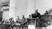Der spätere Begründer der Sowjetunion, Wladimir Iljitsch Lenin, hält am 17. April 1917 im Taurischen Palais (dem ehemaligen Sitz des zaristischen Parlaments) vor Bolschewiken und Teilnehmern des Rätekongresses eine Grundsatzrede über die Aufgaben des Proletariats, die als April-Thesen in die Geschichte eingingen. Lenin war am Tag zuvor aus seinem Schweizer Exil nach Petrograd (heute Leningrad) zurückgekehrt. |