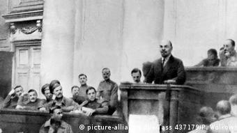 Wladimir Iljitsch Lenin - Grundsatzrede in Petrograd 1917 (picture-alliance/dpa/Tass 437179/P. Wolkow)