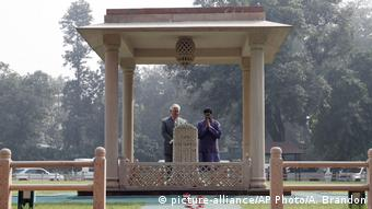 Indien US-Außenminister Rex Tillerson am Gandhis Denkmal (picture-alliance/AP Photo/A. Brandon)