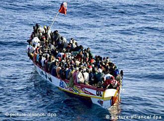 Boot voller Flüchtlinge vor Teneriffa (Foto: dpa)