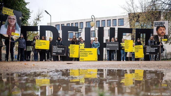Deutschland Protest zum Auftakt des Prozesses gegen Steudtner und weitere Menschenrechtler in Berlin (Imago/C. Ditsch)