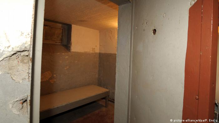 Blick in eine Zelle im Dunkelzellentrakt des ehemaligen Jugendwerkhofes in Torgau