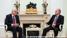 Bundespräsident Frank-Walter Steinmeier (l) und der russische Präsident Wladimir Putin treffen sich am 25.10.2017 im Kreml in Moskau (Russland). Bundespräsident Steinmeier ist zu einem eintägigen Arbeitsbesuch in der Hauptstadt der Russischen Föderation. Foto: Bernd von Jutrczenka/dpa +++(c) dpa - Bildfunk+++ | Verwendung weltweit