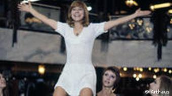 Margarete von Trotta tanzt auf dem Tisch vor anderen Frauen (Kinowelt/Arthaus)
