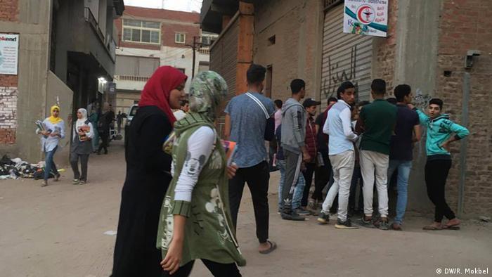 Ägypten Frauen und Männer in einer Straße in Kairo (DW/R. Mokbel)