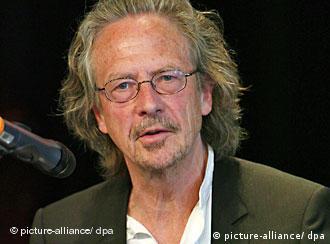 Der Autor Peter Handke spricht am 27.04.2008 bei der Verleihung des Europäischen Übersetzerpreises in Offenburg zum Publikum. Handke war Juror und Laudator bei der Preisverleihung. Foto: Rolf Haid dpa +++(c) dpa - Report+++