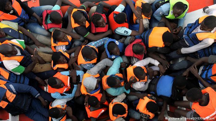 Mittelmeer Gerettete Flüchtlinge (picture-alliance/JOKER/A. Stein)