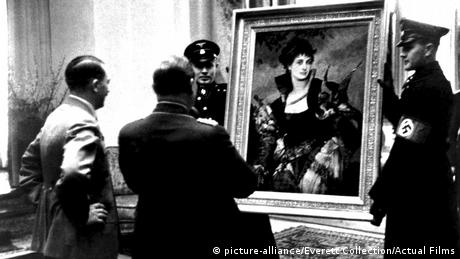 Hitler and Göring examine a painting (Photo: picture-alliance/Everett Collection/Actual Films)