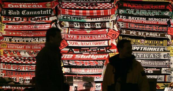 Navijački šalovi ispred ulaza na stadion Vfb-a