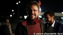26.10.2017 dpatopbilder - Menschenrechtler Peter Steudtner lächelt am 26.10.2017 in Istanbul, Türkei, nach seiner Freilassung aus dem Silivri-Gefängnis. Nach mehr als drei Monaten werden der deutsche Menschenrechtler Peter Steudtner und sein schwedischer Kollege Gharavi ohne Auflagen aus der Untersuchungshaft in der Türkei entlassen. (zu dpa «Gericht ordnet Freilassung Steudtners aus Untersuchungshaft an» vom 25.10.2017) Foto: Emrah Gurel/AP/dpa +++(c) dpa - Bildfunk+++  
