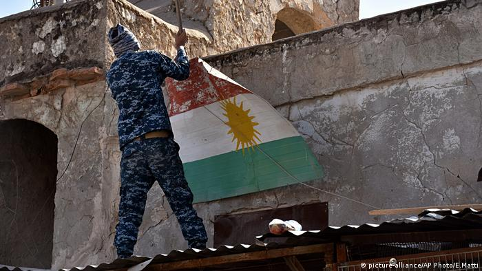 Irak Soldat entfernt ein Transparent mit kurdischer Flagge (picture-alliance/AP Photo/E.Matti)