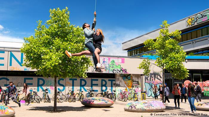 Filmszene: Zwei Lehrer hängen an einem Seil - Fack ju Göthe 3 COPYRIGHT KORREKTUR (Constantin Film Verleih GmbH/R.Bajo)