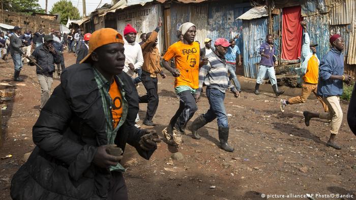 Kenia Krawalle zwischen Protestlern und Polizei (picture-alliance/AP Photo/D.Bandic)