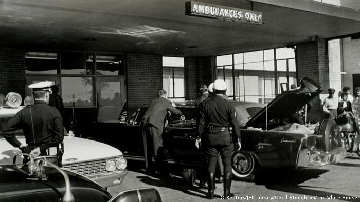 USA JFK Dokumente - Geheimdienst inspiziert die Limousine vor dem Krankenhaus in Dallas