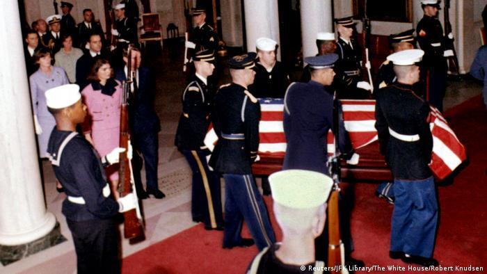 USA JFK Dokumente - Kennedys Leichnam wird ins Weißes Haus gebracht (Reuters/JFK Library/The White House/Robert Knudsen)