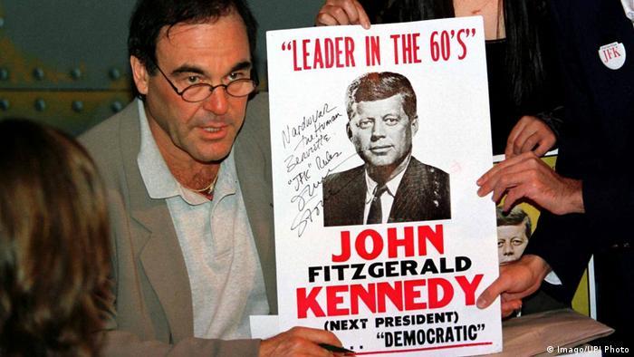 USA JFK Dokumente - Oliver Stone signiert Plakat von John F. Kennedy (Imago/UPI Photo)