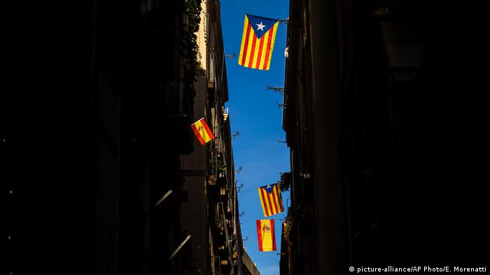 Spanien Esteladas und spanische Flaggen in Barcelona (picture-alliance/AP Photo/E. Morenatti)